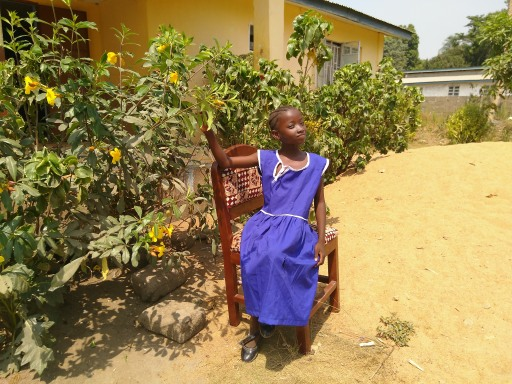 Aisha in ihrer Schuluniform vor dem Mädchenschutzhaus in Sierra Leone. © Veronika Kirschner
