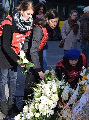 """""""Im Gedenken an Hatun Sürücü legt TERRE DES FEMMES Rosen am Gedenkstein nieder"""": Foto: © TERRE DES FEMMES"""