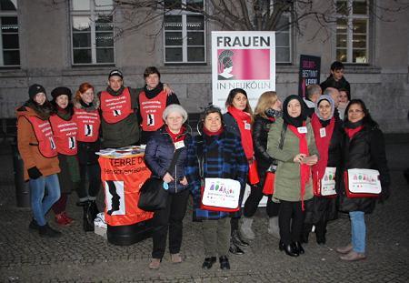 TDF-Vorstandsfrau Necla Kelek (zweite von links) zusammen mit TDF-PraktikantInnen und Stadtteilmüttern Neukölln. Foto © TERRE DES FEMMES