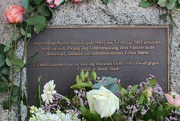 Hatun Sürücü Gedenkstein. Foto: © TERRE DES FEMMES/Silke Morick