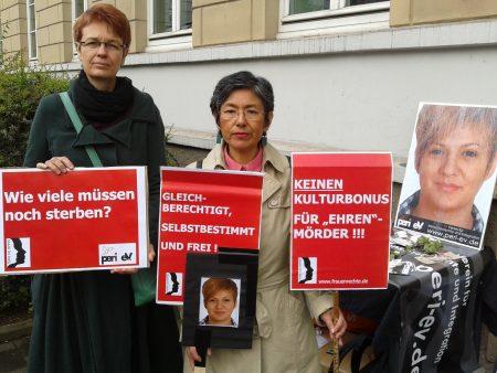 Mahnwache am 16.05.2012 zum Prozessende des sogenannten Ehrenmordes an Arzu Özmen vor dem Landgericht Detmold. Foto ©: Sirin Öztürk