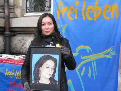 TERRE DES FEMMES-Aktivistin Saltanat Shalkibayeva mit dem Bild der ermordeten Morsal Obeidi bei der Kundgebung vor dem Hamburger Landgericht zum Prozessauftakt am 16.12.2008. Foto ©: TERRE DES FEMMES