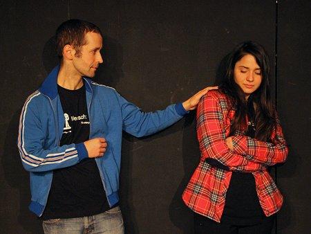 """Spielszene mit Canan Kir und Tobias Gerstner von """"Mensch:Theater!"""". Foto: TERRE DES FEMMES"""