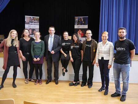 Der Hessische Kultusminister Prof. Dr. Lorz ( 4.v.l.) zu Besuch bei einer Theateraufführung an einer Schule in Offenbach. Foto: © Hessisches Kultusminsterium