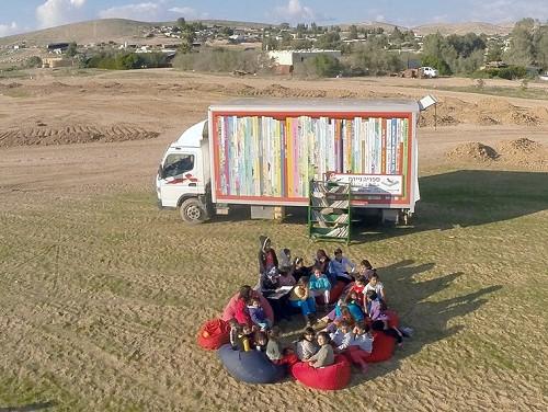 Der mobile Bücherbus unterwegs in der Projektregion. Foto: © Lakia