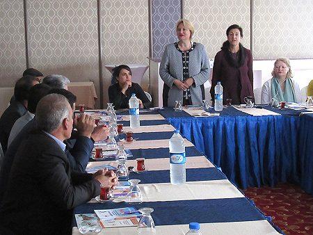 TDF Geschäftsführerin Christa Stolle und TDF Vorstandsfrau und Projektkoordinatorin Dr. Necla Kelek bei einer Veranstaltung von YAKA-KOOP im Oktober 2015. Foto: © YAKA-KOOP