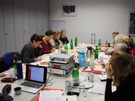 Intensive Arbeitsstunden während des AG-Treffens in Berlin. Foto: © TERRE DES FEMMES