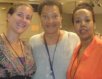 v.l.n.r.: TERRE DES FEMMES Referentin Katharina Kunze und die Aktivistinnen Opeyemi Parham und Soraya Miré nutzten die Konferenz um sich über die unterschiedliche Wahrnehmung von weiblicher Genitalverstümmelung und Strategien zur Abschaffung auszutauschen. Foto: © TERRE DES FEMMES
