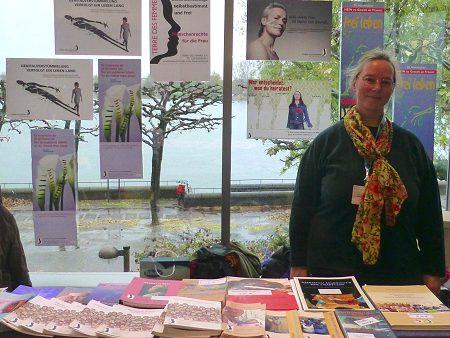Hedwig Knorre at the infomation desk. Photo: © Hebammenforum, Hedwig von Knorre