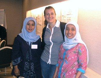 Geimeinsam gegen FGM in Indonesien- Katharina Kunze von TDF mit unseren Partnerinnen von Kalyanamitra (Indonesien). Foto: © TERRE DES FEMMES