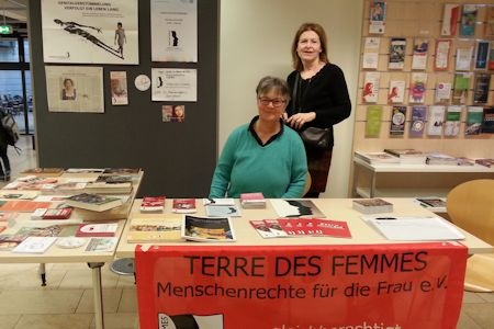 TDF members Angelika Brückner and Marianne von Heusinger at the book table action in Bremen. Photo: © 2020 Heidi Schanz