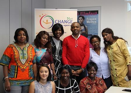1. row, l.t.r.: Colette Tchoumbou, Isatou Barry, Tiranke Diallo, Evariste Franz Kapnang Tchaptchet, Mai Ali, Fatou Mandiang Diatta. 2. row l.t.r.: Akiko Rive (Praktikantin Referat FGM), Fadhumo Musa, Idah Nabateregga (Community Manager). Foto: © TDF