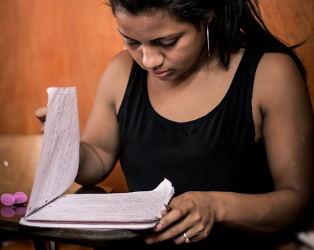 Young woman studying at the MIRIAM-school. Photo: © Itzel Chavarría