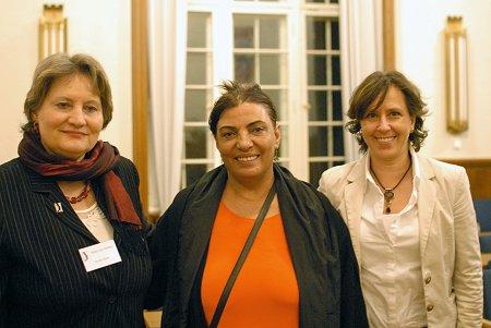 TERRE DES FEMMES-Bundesgeschäftsführerin Christa Stolle (links) zusammen mit der türkischen Frauenrechtsaktivistin Nebahat Akkoç und der Neuköllner Gleichstellungsbeauftragten Sylvia Edler. Foto: © TERRE DES FEMMES