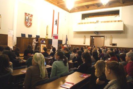 Der volle BVV-Saal im Rathaus Neukölln: Foto: © TERRE DES FEMMES